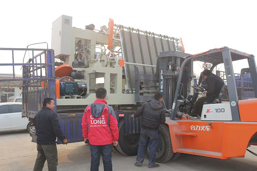 Spindle peeling machine and veneer clipper machine exported to Cambodia